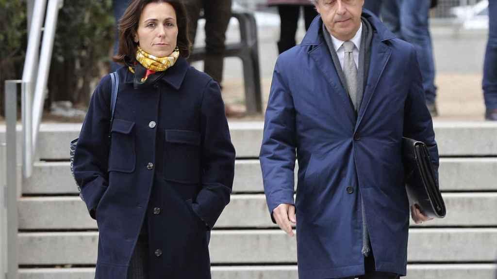 Mireia Pujol Ferrusola acompañada de su abogado, Albert Carrillo, a su salida de la Audiencia Nacional