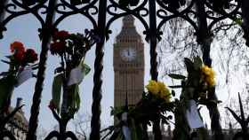 Las flores cubren las rejas que rodean el Parlamento británico en homenaje a las víctimas del atentado del 22 de marzo.