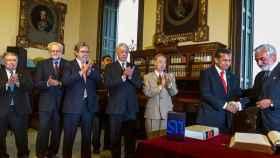 El presidente de Perú saluda al presidente de la Real Academia de la Lengua española, Darío Villanueva, ante diversos académicos entre los que se encuentran Mario Vargas Llosa y Luis María Ansón.