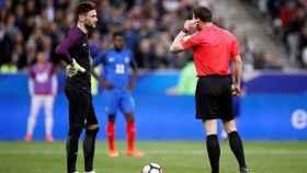 El árbitro tras dar el gol de España en el amistoso contra Francia.