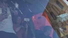 El autobús ha sido dañado por una pedrada. Imagen del programa Al rojo vivo.