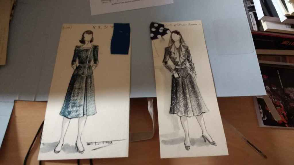 Diseños de vestuario con muestras de tejido de Torre de la Fuente.