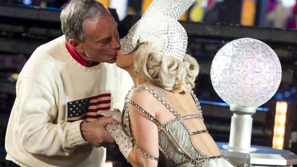 El ex alcalde de Nueva York con Lady Gaga, en la fiesta de Fin de año de 2011