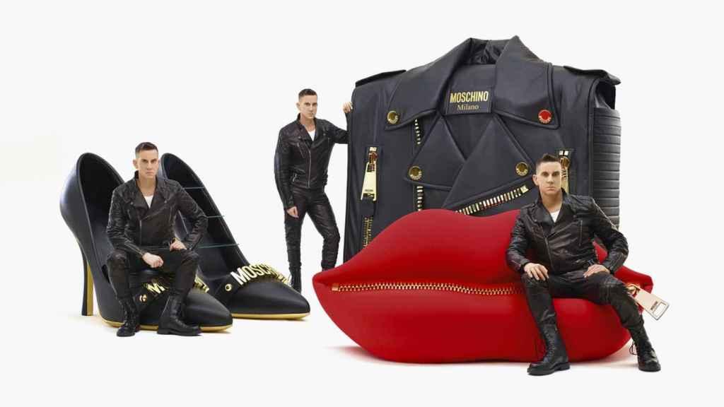 Jeremy Scott con la colección cápsula de muebles que ha diseñado con Gufram. | Foto: Moschino.