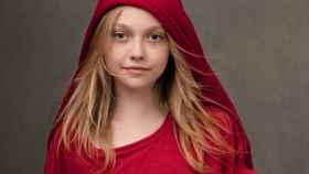 Una joven Dakota Faning posando para la campaña de (RED) en GAP. | Foto: cortesía de la marca.