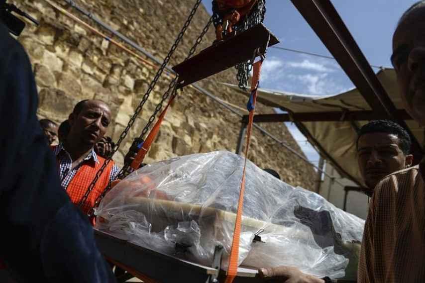 Un laboratorio a los pies de las pirámides para rescatar una barca solar de Keops
