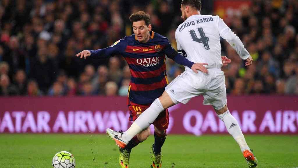 Sergio Ramos y Messi en un Barcelona - Real Madrid.