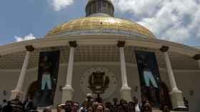 La oposición, con el presidente de la Asamblea a la cabeza, hablan desde la puerta del Parlamento.