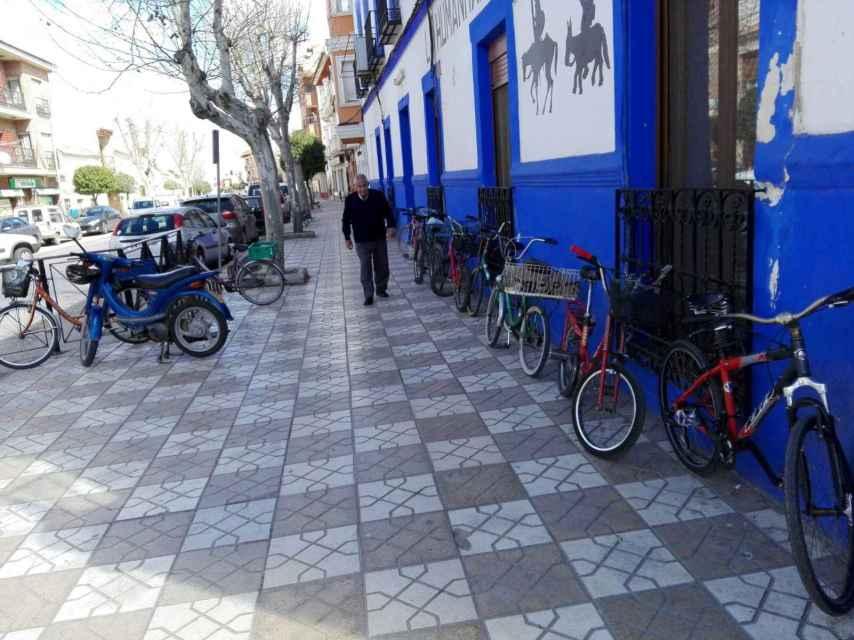 Villafranca de los Caballeros es conocido como el pueblo de las bicicletas. Sin embargo, Pilar e Ildefonso lo recorrían subidos en sendas motos elétrcicas.