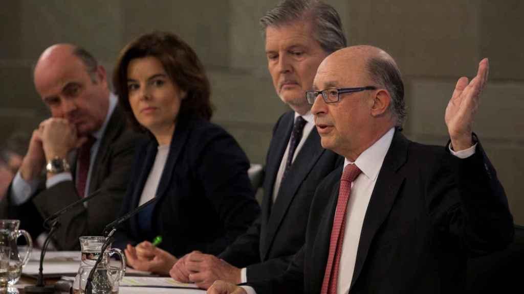 Los ministros Montoro, Méndez de Vigo y Guindos y la vicepresidenta Sáenz de Santamaría.