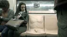 Reacción de una mujer al ver el asiento pene.