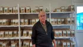 Josep Pàmies, en la tienda de su empresa. Allí vende múltiples variedades de hierbas.