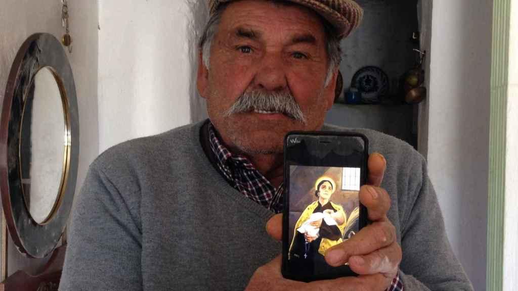 José María es hijo de Juan Cortés, el hombre por el que Emilia entró en prisión tras intentar evitar que se marchara a la guerra.