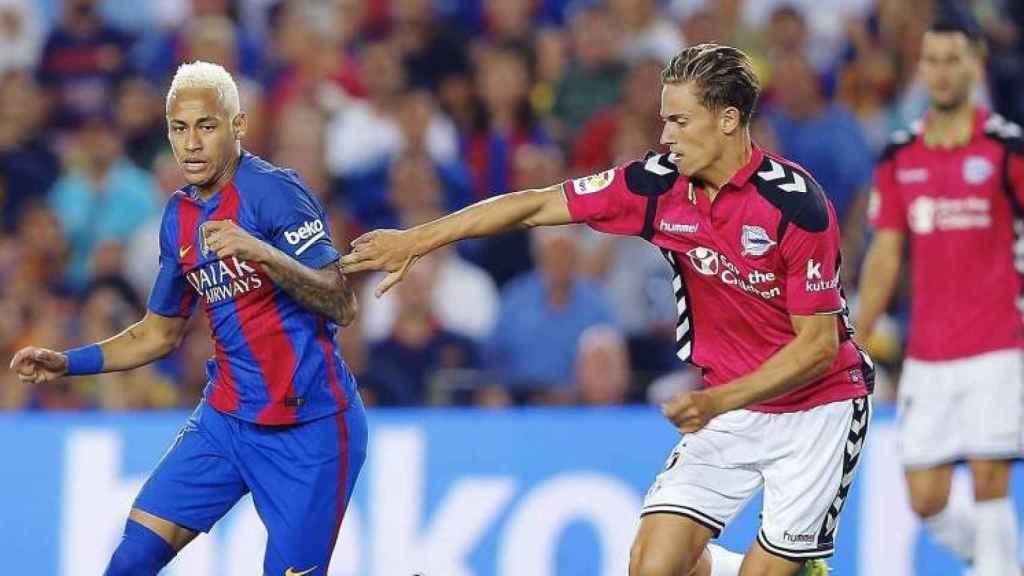 Marcos Llorente ante Neymar.