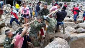 Fuerzas militares y habitantes de Mocoa trabajan en la recuperación de cadáveres.