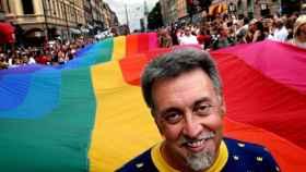 Gilbert Baker y la bandera que creó en su lucha por los derechos de los homosexuales.