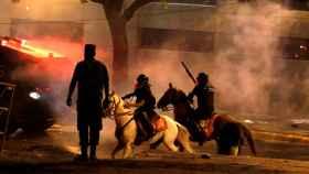 Policías a caballo en la zona de las protestas.