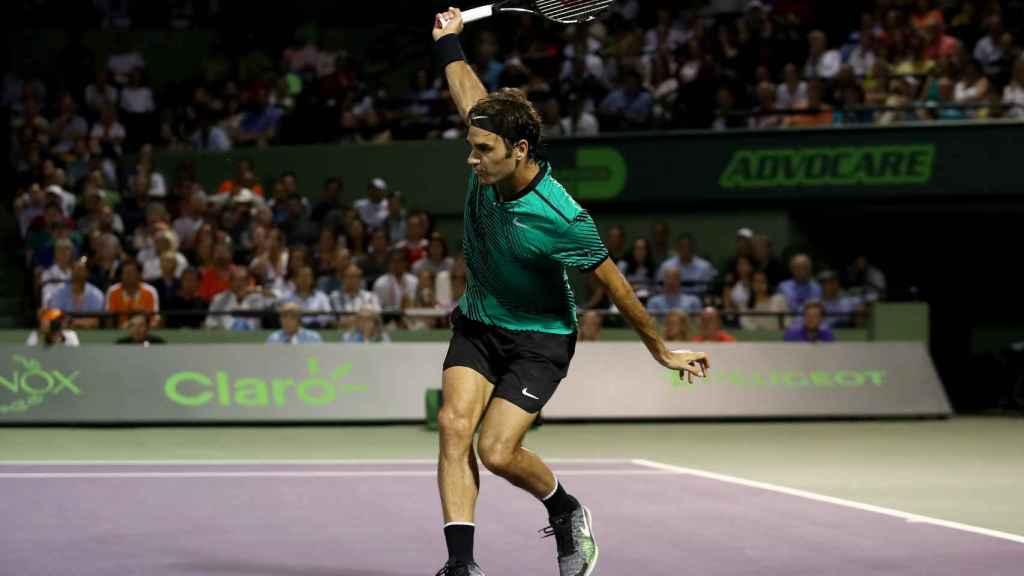 Federer, golpeando un revés en el partido ante Kyrgios.