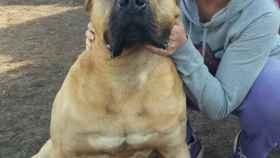 Yurena con uno de sus perros.