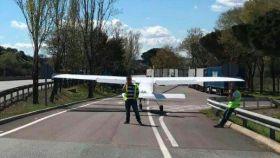 La avioneta y sus dos ocupantes después del aterrizaje de emergencia