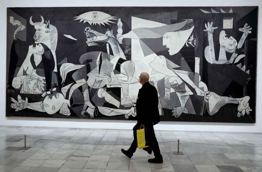 Un visitante pasa frente al Guernica, en el Museo Reina Sofía.