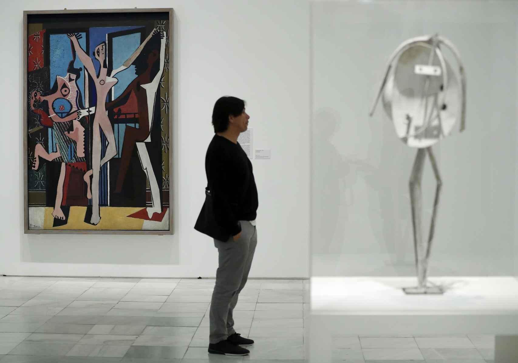 La pintura Las tres bailarinas, al fondo, como gran hito de la muestra.