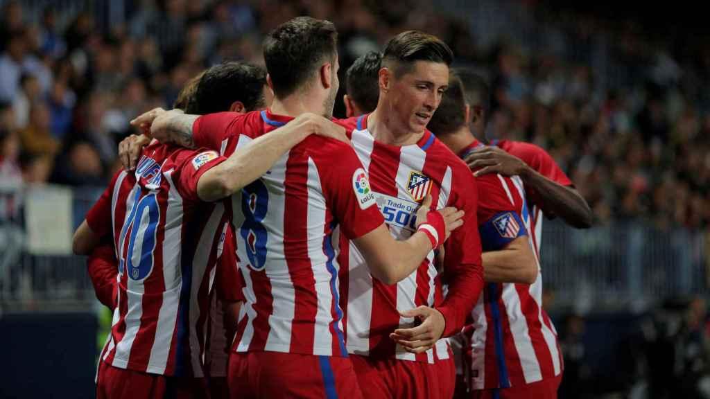 Fernando Torres celebra con sus compañeros un gol ante el Málaga.