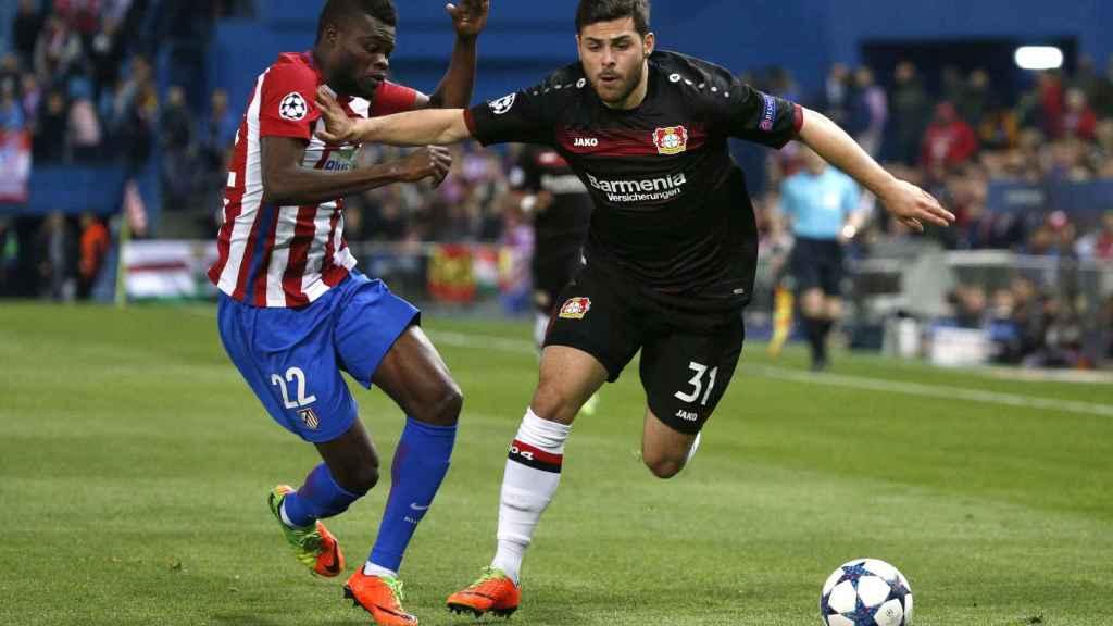 Thomas pelea una pelota durante el partido contra el Leverkusen.