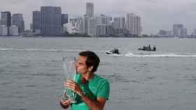 Federer, con el trofeo de campeón de Miami.