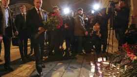 El presidente Putin dejó una ofrenda floral en el exterior del metro de San Petersburgo.