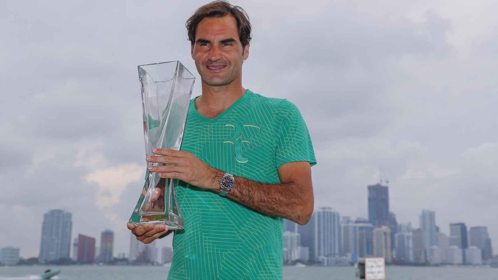 Roger Federer con su trofeo de campeón en Miami.