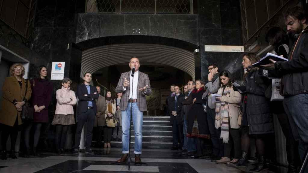El empresario Trinitario Casanova junto a la alcaldesa de Madrid, Manuela Carmena, en el Edificio España.