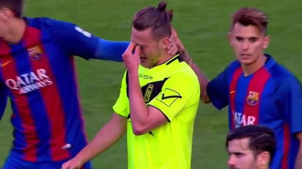 Maiki Fernández, jugador del Eldense, sale llorando del Barça B - Eldense.