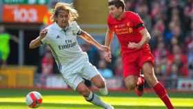 Míchel Salgado y Gerrard durante el partido entre las leyendas de Real Madrid y Liverpool.