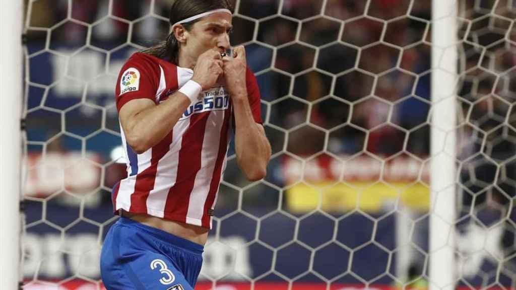 Filipe Luis celebra su gol contra la Real Sociedad.