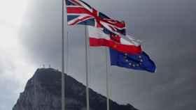 La bandera inglesa ondea frente al Peñón.