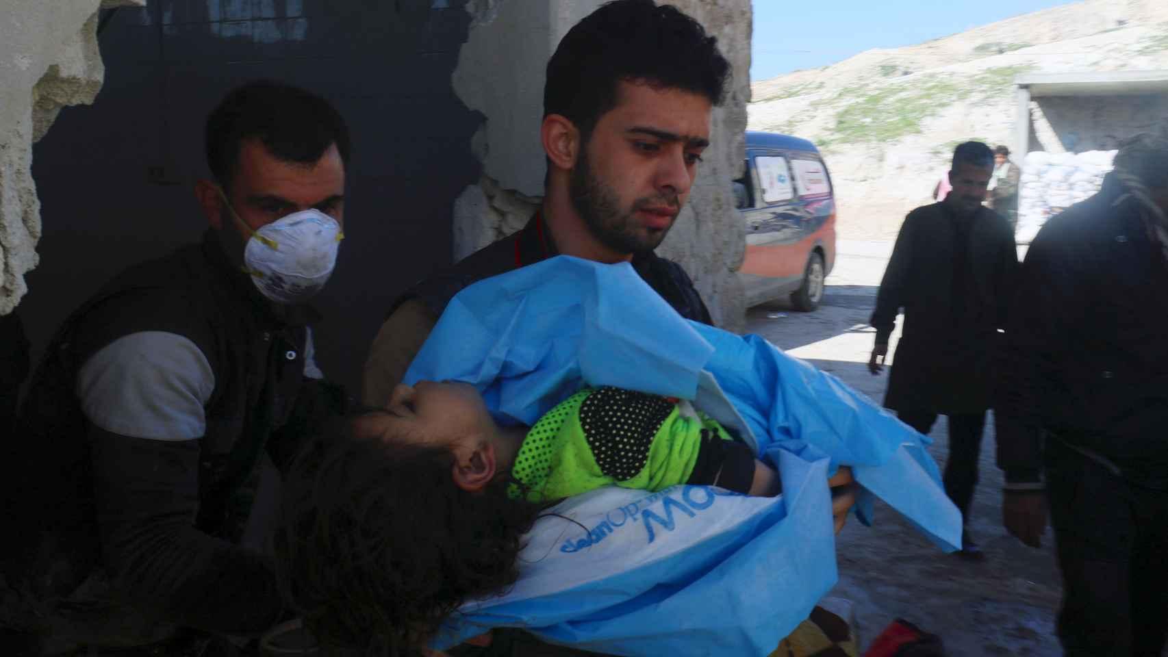 Al menos 100 personas han muerto en un bombardeo con armas químicas en el norte de Siria