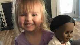 Sophia y su muñeca en la foto que compartió su madre en Facebook