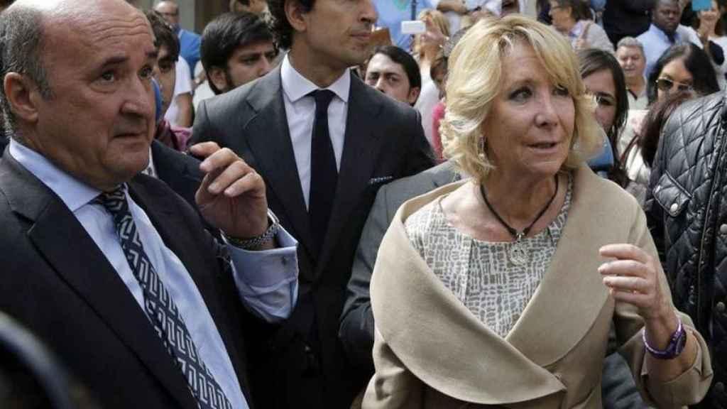 La expresidenta de la Comunidad de Madrid, Esperanza Aguirre, con su extesorero, Beltrán Gutiérrez.