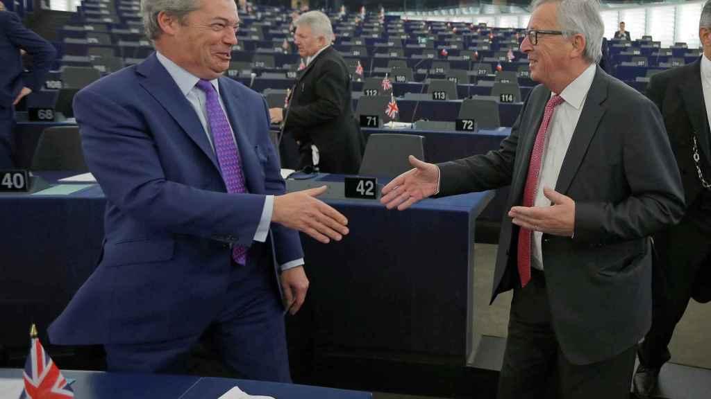 Farage saluda a Juncker al inicio del debate en la Eurocámara