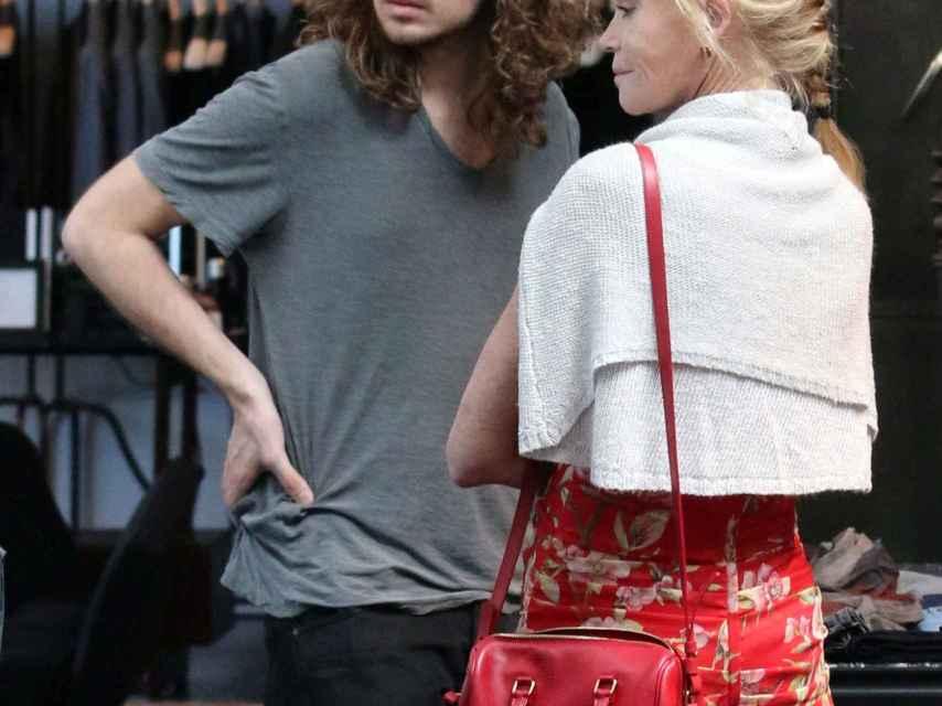 Melanie Griffith con su hijo Alexander Bauer, de compras en 2014.
