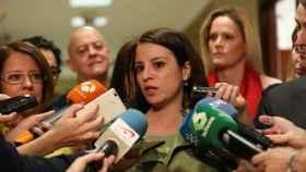 Adriana Lastra atiende a los medios en los pasillos del Parlamento