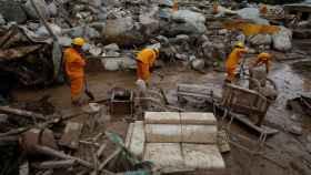 Equipos de rescate buscan cuerpos en la zona de la tragedia