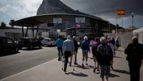 Varios ciudadanos acceden desde La Línea a Gibraltar, territorio británico