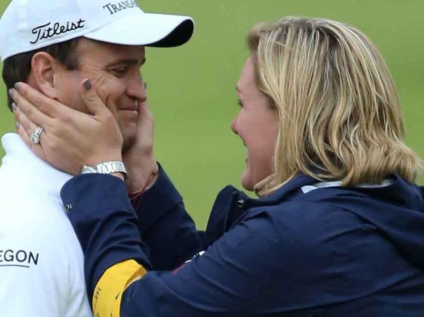 Zach johnson y su mujer tras su victoria en el British de 2015.