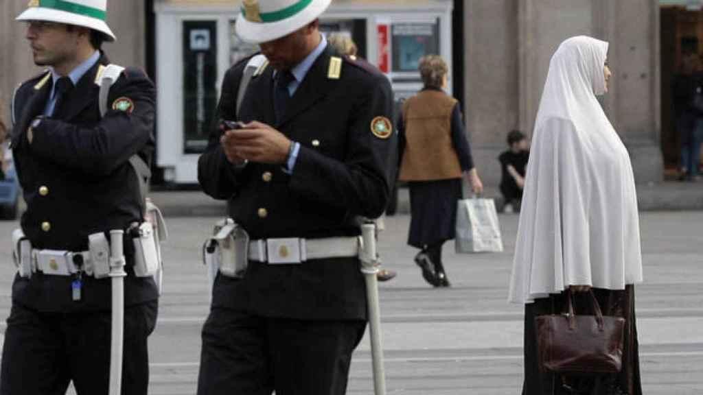 Una mujer camina por el centro de Milán.