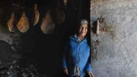 Teresa Alves vive en Vilariño, uno de los pueblos cerca de donde cayó un bombardero británico. Con los restos, esta y otra aldea gallega reformaron sus casas.