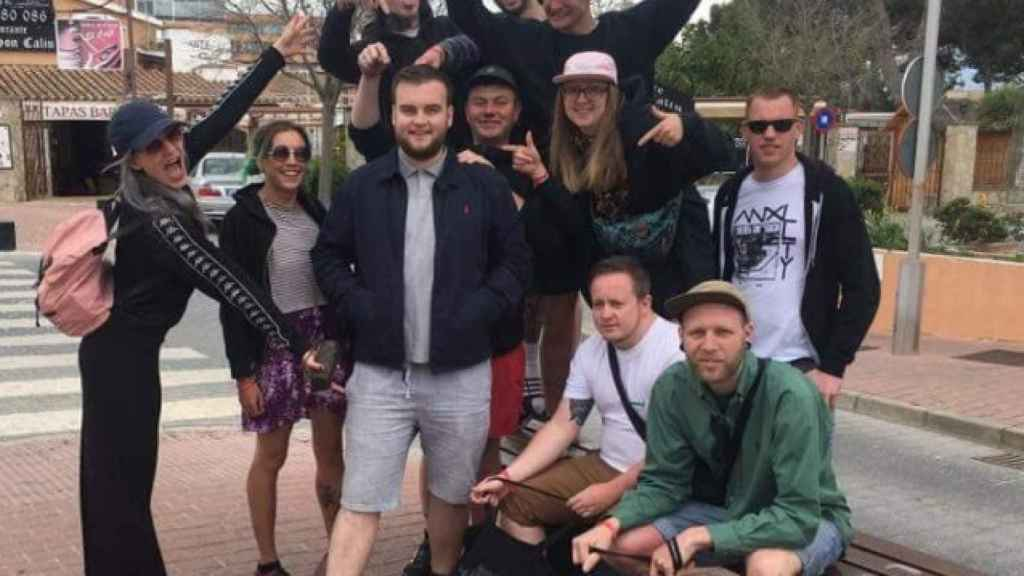 Joe McGrath, en el centro, con sus nuevos mejores amigos