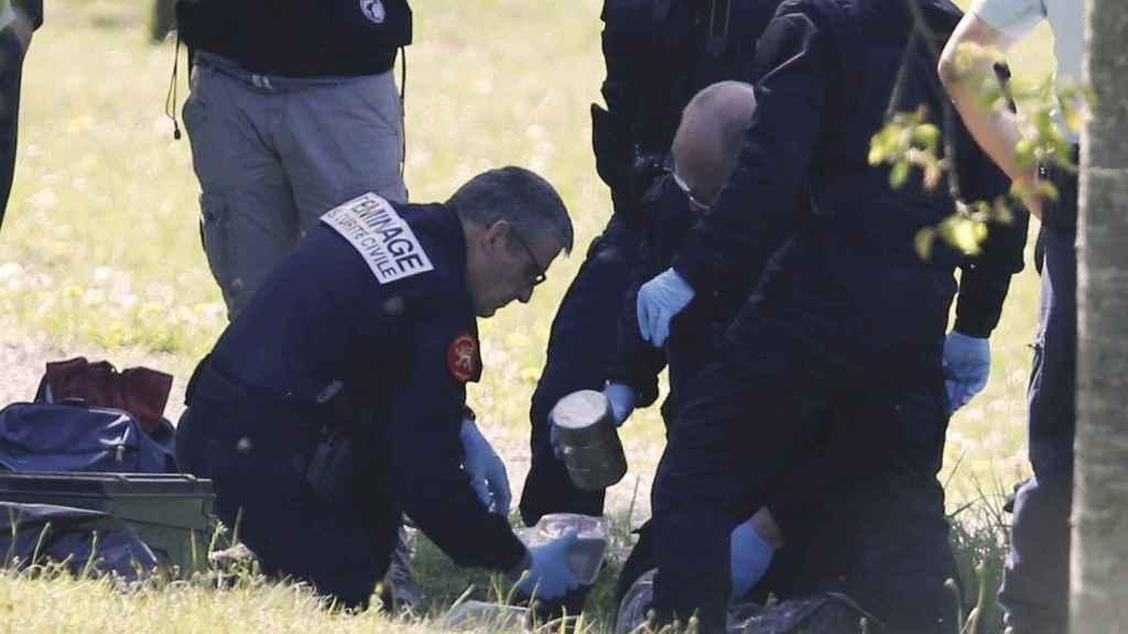 Policías y artificieros franceses, este sábado en Saint-Pee-sur-Nivelle, cerca de Bayona.