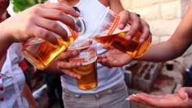 Varias personas consumen cerveza